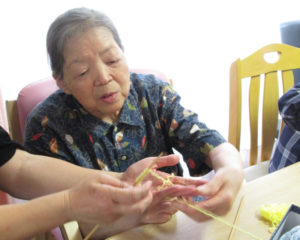 ご利用者様から指編みを教えて頂きました。